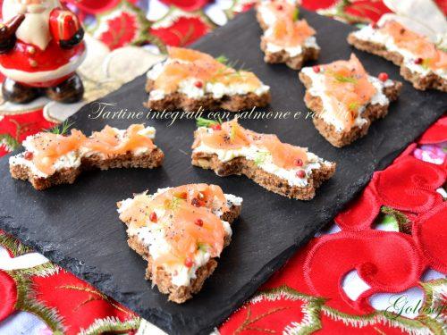 Tartine integrali con salmone e robiola, ricetta natalizia finger food