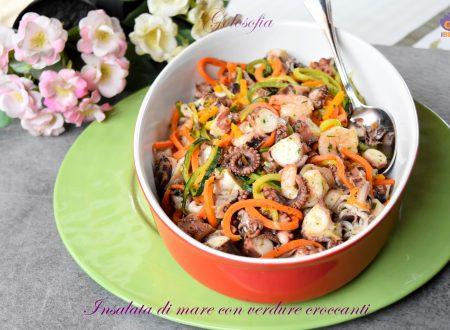 Insalata di mare con verdure croccanti, semplice e buonissima