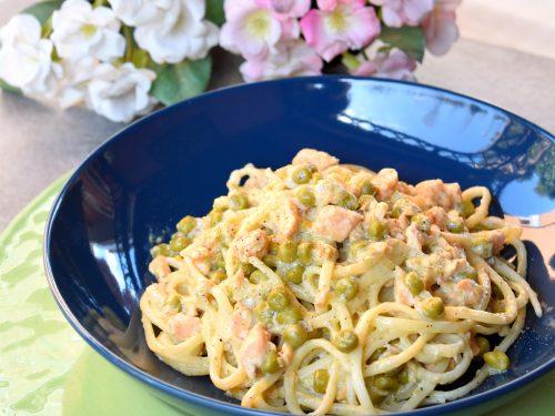 Spaghetti cremosi al salmone e piselli, semplici e squisiti
