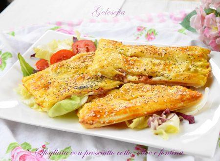 Sfogliata con prosciutto cotto, olive e fontina, ricetta sfiziosa e veloce