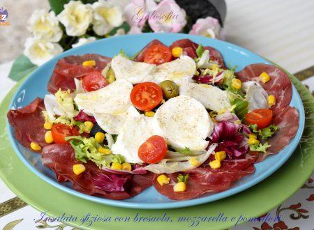 Insalata sfiziosa con bresaola, mozzarella e pomodori, gustosa e veloce