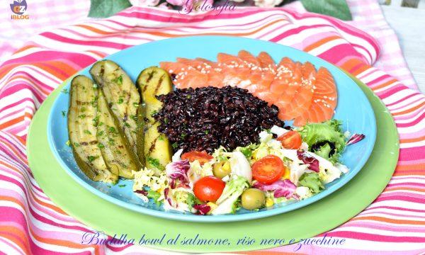 Buddha bowl al salmone, riso nero e zucchine, ricetta sana e squisita