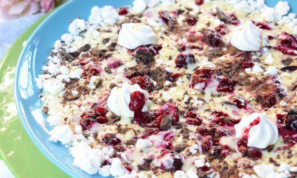 Sbriciolata di meringhe con crema e frutti di bosco, squisito dessert