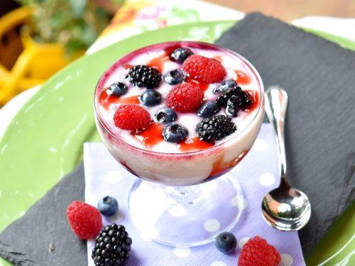 Coppette con crema allo yogurt e frutti di bosco, fresche e golose!