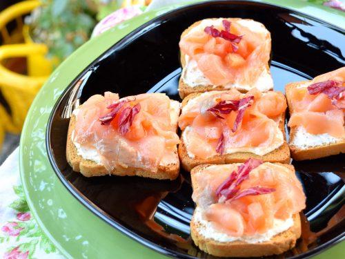 Bruschette di fette biscottate al salmone e philadelphia, sfiziose e veloci!