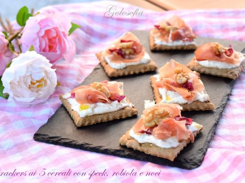 Crackers ai 5 cereali con speck, robiola e noci, stuzzichino veloce e goloso!
