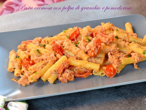 Pasta cremosa con polpa di granchio e pomodorini, buonissima e veloce