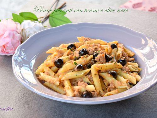 Penne piccanti con tonno e olive nere, buonissime e veloci