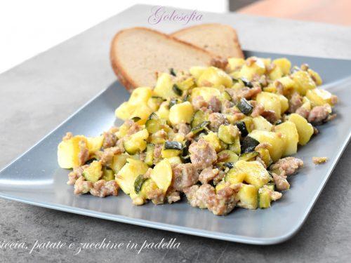 Salsiccia, patate e zucchine in padella, ricetta semplice e buonissima