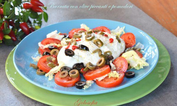 Burrata con olive piccanti e pomodori, ricetta fresca e veloce