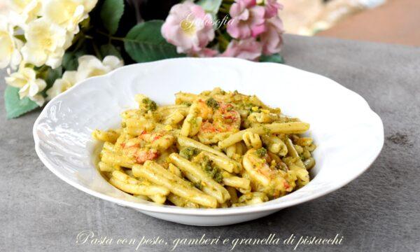 Pasta con pesto, gamberi e granella di pistacchi, ricetta ricca e cremosa