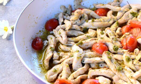 Straccetti di pollo al pesto e pomodorini, ricetta veloce e gustosa!