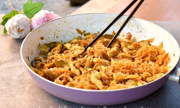 Noodles Shirataki con pollo e verdure saltate, ricetta squisita e leggera