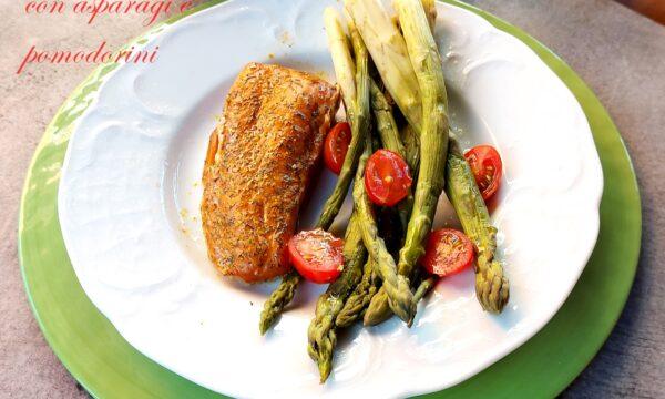 Trancio di salmone all'aneto, con asparagi e pomodorini, ricetta buonissima
