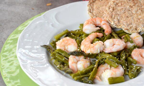 Insalata tiepida di asparagi e gamberi, ricetta primavera saporita