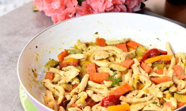 Straccetti di pollo e verdure miste in padella, ricetta gustosa e leggera