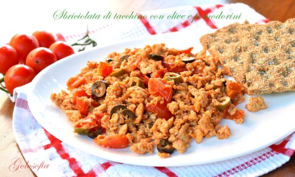 Sbriciolata di tacchino con olive e pomodorini, ricetta saporita leggera