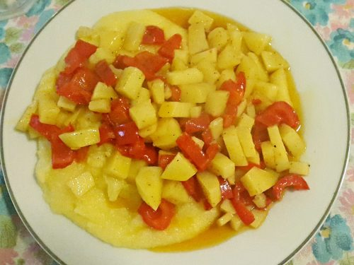 Polenta accompagnata da peperoni e patate piccanti -vegan-