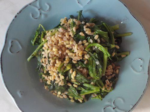 Grano con cime di rapa e spinaci piccanti -vegan-