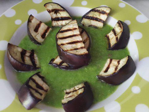 Crema di pisellini accompagnata da melanzane grigliate -vegan-