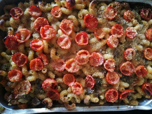 Pasta al forno con broccoli, funghi e pomodorini -vegan-