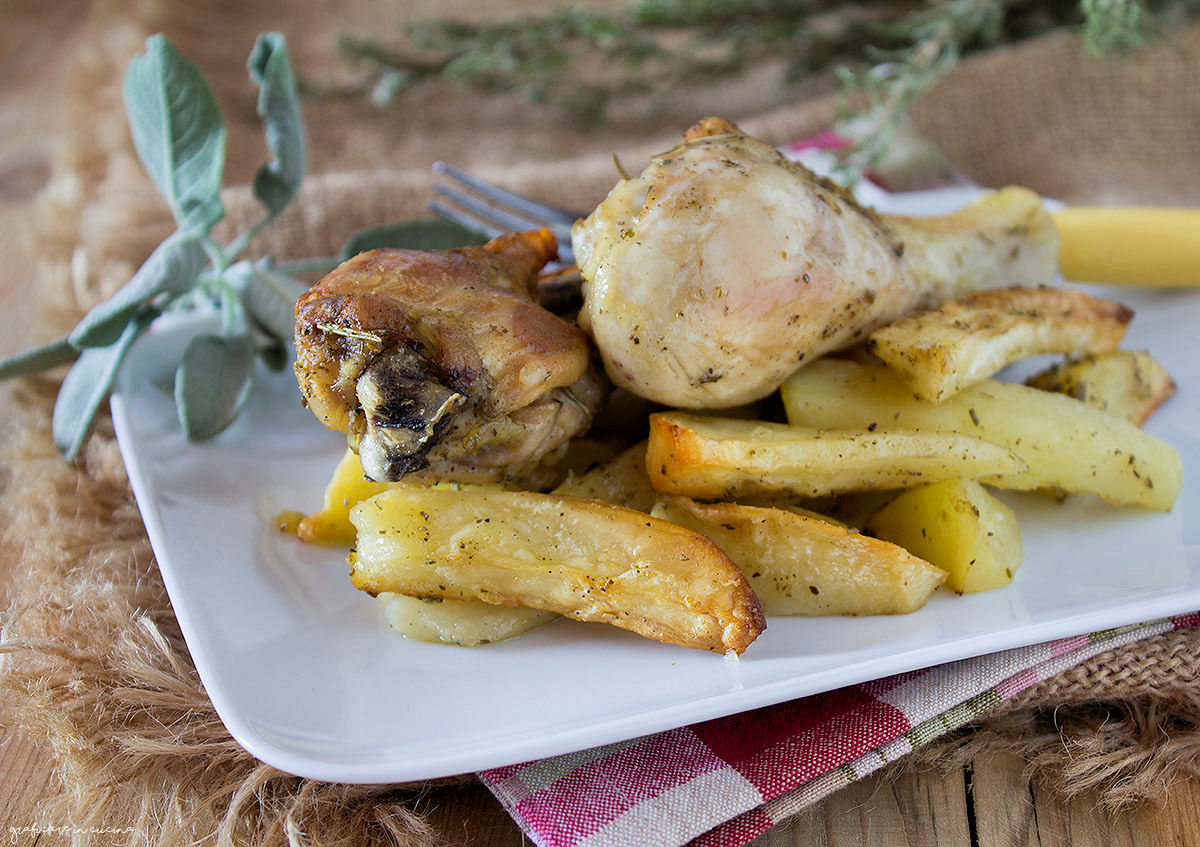 Pollo arrosto in padella e patate al forno