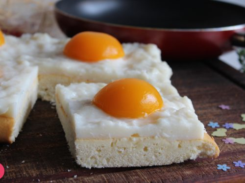 Ricetta torta di uova fritte con crema di latte e pesche