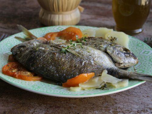 Pesce al forno con patate e pomodori sottili