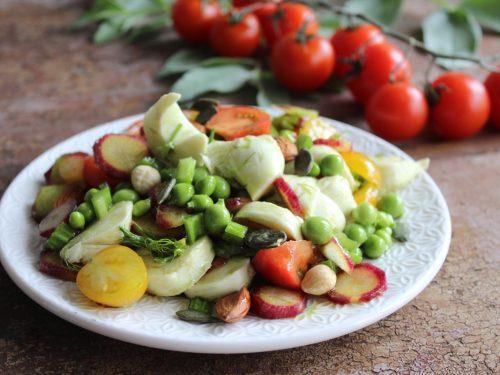 Insalata di frutta e verdura primaverile
