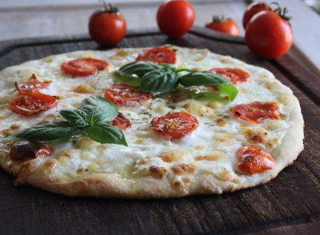 Pizza con stracciatella, pomodoro fresco e basilico ricetta estiva