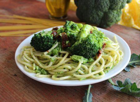 Spaghetti con broccoli e pomodori secchi