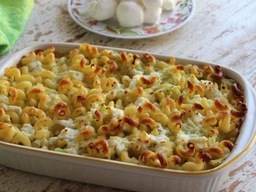 Pasta al gratin al forno con crema di cavolfiore e mozzarella