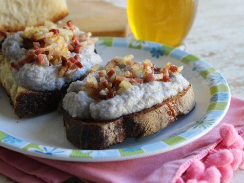 Bruschette con crema di cavolfiore viola e pancetta crostini antipasto