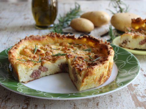 Sbriciolata di patate con formaggio filante e salsiccia ricetta gustosa