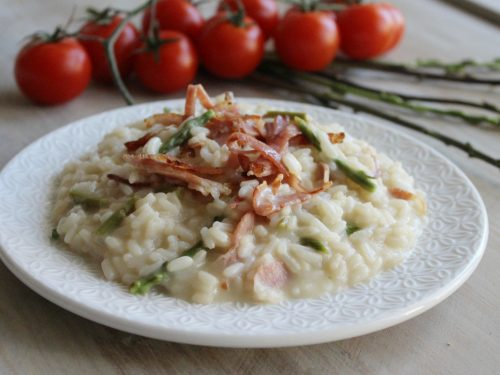 Risotto agli asparagi selvatici e speck cremoso ricetta facile primaverile