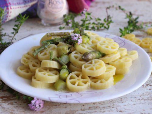 Pasta ruote gustosa con asparagi timo e Parmigiano ricetta facile