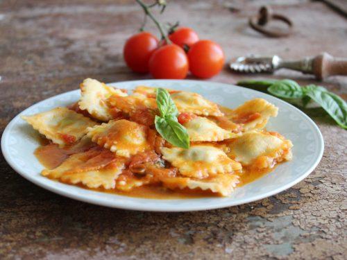 Ricetta ravioli ricotta e spinaci pasta ripiena casalinga con pomodorini