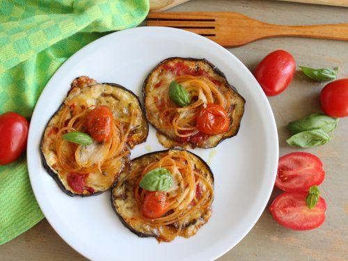 Pizzette bell'Italia di melanzane con spaghetti e mozzarella ricetta tricolore