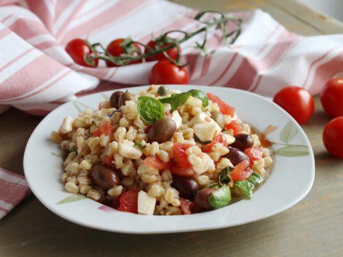 Insalata ai 3 cereali fredda riso integrale avena e grano ricetta estiva light.