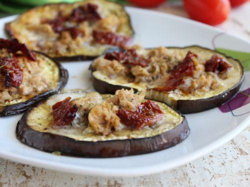 Pizzette rustiche di melanzane filanti ricetta al forno con tonno e pomodori