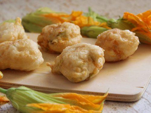 Sciurilli frittelle con fiori di zucca lievitate soffici e leggere antipasto street food.