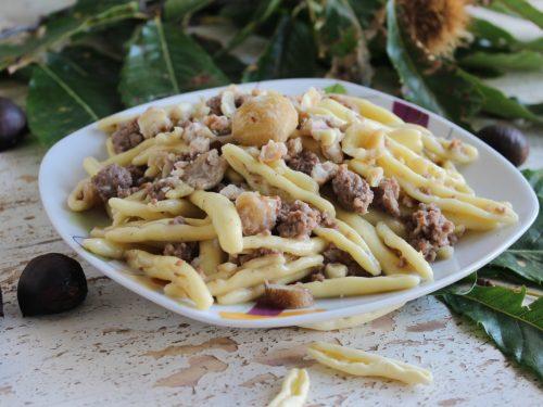 Pasta fresca con castagne funghi Porcini e salsiccia ricetta autunnale facile