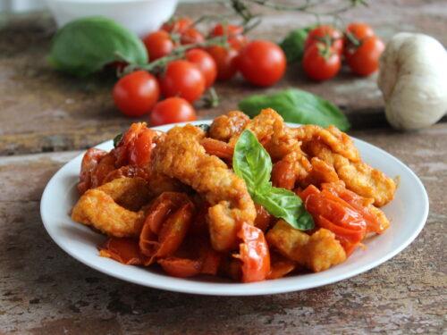 Petto di pollo morbido con pomodorini impanato ricetta alla mediterranea