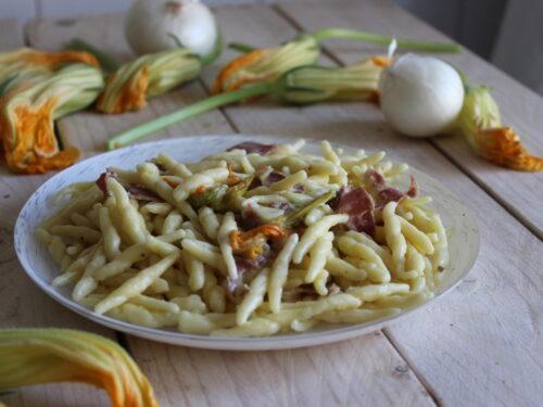 Pasta con fiori di zucca cremosa con capocollo veloce ricetta gustosa