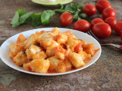 Petto di pollo al pomodoro e mozzarella ricetta straccetti alla pizzaiola