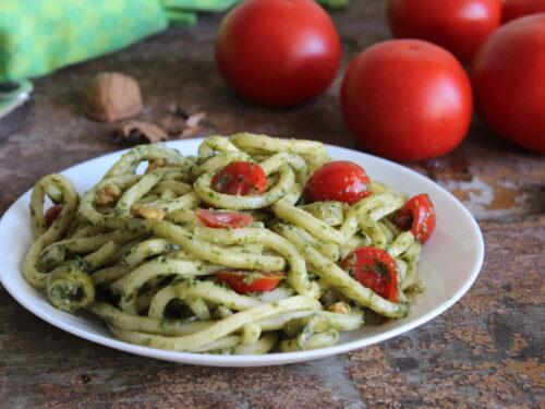 Pasta al pesto e pomodorini cremosa con olive ricetta alternativa fredda