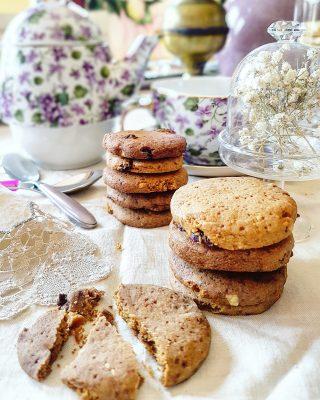 Biscotti con zucchero di canna nocciole e mirtilli rossi