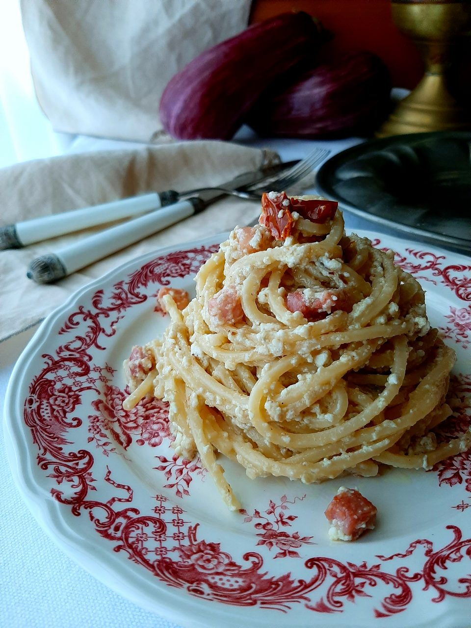 spaghetti quadrati con crema di melanzane e pancetta