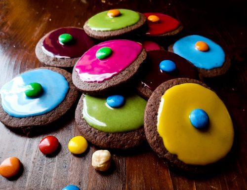 Biscotti al cacao con glassa colorata