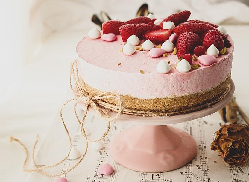 Cheesecake con panna e fragole
